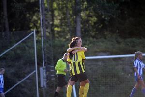 Ösmos damlag gjorde hela nio mål och tog tre poäng mot Saltsjöbaden. På bilden kramas Patricia Österberg om av Madeleine Sjösten. Foto: Andreas Lillhannus