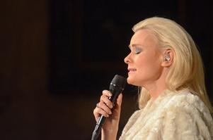 Sofia Källgren i den nyskrivna I julens tid, komponerad av Robert Wells och som hon har skrivit texten till.
