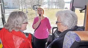 Med inlevelse och stor kunskap berättade Mona Modin Tjulin om planer och etableringar i Östersunds kommun på PRO Leva Livets bussresa. På bilden syns också Anna Greta Bergqvist och Marianne Stålberg.