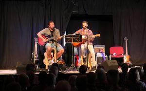 Henrik Engblom och Anders Toresson överraskades med en 21 år gammal video där de båda uppträdde i en kyrka. Nu spelade de på Fala-aftan.