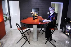 """Tidlöst. """"Köksön i rött och svart håller än"""". Lena Idh har ritat ståbordet i köket. Benet är ett betongrör."""