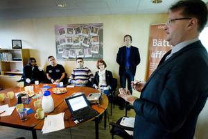 Lars Beckman presenterade riksdagens utredningstjänsts undersökning av hur de utlandsfödda arbetar och driver företag i Gävleborg och i Sverige. På plats var bland andra Thomas Wanke från Företagarana Gävleborg, Biljana Muzdalo från ALMI och fem invandrade företagare i Gävle.