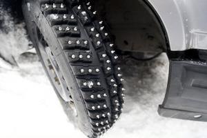 Är bilen utrustad med sådana här däck går att det köra riktigt fort på sjöisen.