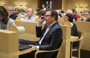 Peder Björk (S) kommunalråd försvarade sina prioriteringar i sparförslaget.
