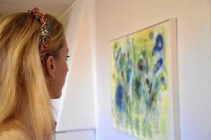 Stöttas. Hemma hos föräldrarna i Lindesberg pryds väggarna av några av Linnéa Ekbergs egna tavlor. Den här gjorde hon redan under verdic art kursen när hon nyss hade börjat måla.