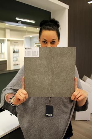 Klinker från Bricmate i färgen Limestone Grey är populärast på OAZO. Butikschefen Catharina Molin visar.