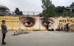 Art Lords målningar håller ett öga på korrupta politiker och tjänstemän i Afghanistans huvudstad Kabul.   Foto: Art Lords/TT