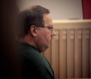 Misstänkte dubbelmördaren Anders Eklund sedd genom dörrspringan under häktningsförhandlingarna i Falu tingsrätt i Falun tidigare i år.