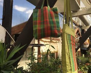 En saoriinspirerad väska och en i bast dekorerad med rönnbär. Vävda av Kicki Sandberg.