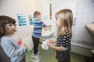 Det är kö till handfaten. Olivia Carlsson torkar händerna medan Arvid Persson tvättar sig och Nora Ekström väntar på sin tur.