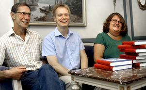 Samarbete. John Lindkvist, Anders Lindkvist och Agneta Näsberg är tre av de drygt 40 Närkesbergsbor som arbetat med den nya boken.