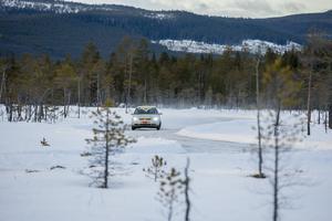 Dagtid ser allt annorlunda ut. Små tallar sträcker sig över myren och idag är det minusgrader vilket betyder att isbanan är glashal efter en vecka med plusgrader. Rallyföraren Jessica Persson, 22 år, är en av dem som funderar på att använda sig av isbanan framöver i sin träning.
