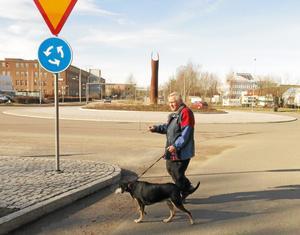Osäkert. Lars Berglund vill hellre korsa bilvägen på ett övergångsställe – om det bara fanns ett.Foto: Yngve Fredriksson