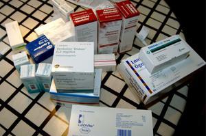 Mediciner skrivs ut utan uppföljning – det bidrar till en ond cirkel för en del äldre, enligt skribenten.