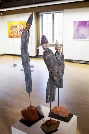 Träskulpturerna Nestor, Broder Grå och Tillfreds av Åke Persson. Bild från förra årets Länskonst i Kvarnen, Söderhamn.