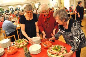 Karin Emilsson, Berit Andersson och Inga-Lill Johansson från väntjänsten serverade smörgåstårtorna i församlingsgården.