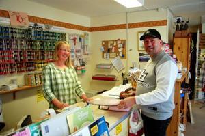 Yvonne Ericson-Unger har öppet även nästa vecka innan hon stänger butiken. Jerzy Rosniak passar på att handla under utförsäljningen.Foto: Carin Selldén