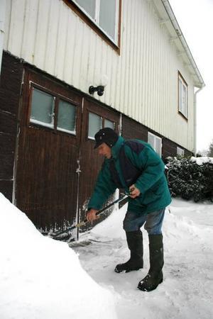 JOBBAR. Göte sköter trädgårdsarbetet själv. Det gäller att skotta undan snön så han får in veden  i huset.