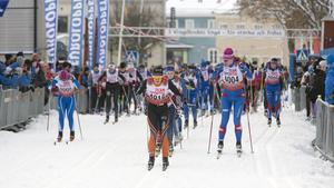 Lina Korsgren först i spåret efter starten. Till höger med nummer 4004 Elin Ek, Källbotten.