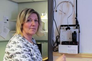 Förskoleläraren Marianne Östergren visar hur hörselslingan fungerar.