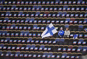 Några finska fans annars tomma läktare under söndagens bronsmatch mellan Finland och Norge.