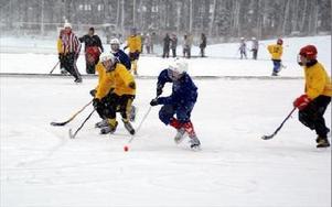 Full fart på Grängesvallens bandyis. Här är det Björkåsskolans lag som går till anfall mot Bergaskolan A.FOTO. OVE ANDERSSON