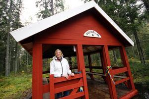 Kommunalrådet i Norberg, Åsa Eriksson, S, invigningstalade och klippte band. Hon har även provsmakat vattnet.