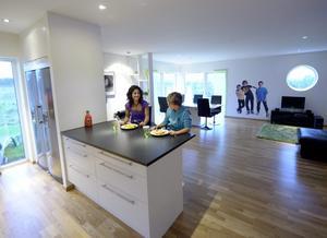 Kök och vardagsrum hänger ihop. Vid köksön kan familjen äta då inte alla är samlade.
