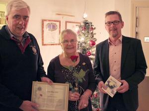 Ann-Marie Fransén tilldelades årets Lions ros av Kjell-Ove Persson, Lions, till vänster, och Ove Larsson, Handelsbanken, till höger.