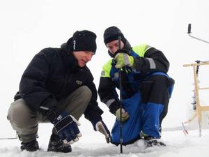 – Isen är mellan 6 och 20 centimeter tjock, säger Janne Karlsson och Johan Larsson.
