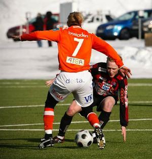 Pontus Englund i kamp med Umeås rutinerade innermittfältare Magnus Henrysson.