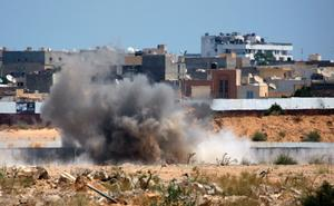 En av flera explosioner nära Gaddafis högkvarter i Tripoli på tisdagen.