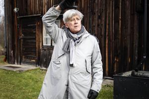 Hans Klinga visar hur tältet ska sättar upp utanför hembygdsgården Kämpens i Bollnäs.