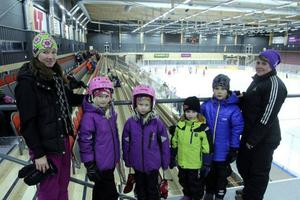 Sofia Kjellström, Byskogen, med barnen Alice, 8, och Alva, 6, hade tänkt åka skridskor under allmänhetens åkning. Det samma gäller för Marie Fastesson, Torvalla, och hennes barn Emilia, 5, och Erik, 8.