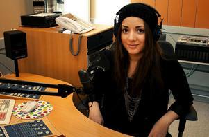 Gina Dirawi hörs i Radio Västernorrland på fredagseftermiddagar.