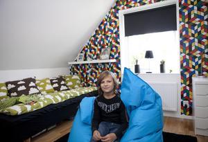 """Hos Simon. """"Jag valde både rummet och tapeten själv"""", berättar Simon. Tapetmönstret fångar upp Rubiks kub."""