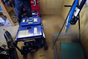 Familjen har två dieseldrivna elverk att disponera om strömmens skulle försvinna.