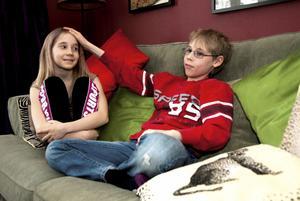 Cassandra och Birk Rivell är syskon och gillar att framträda. Nu håller vi tummarna för att de kommer med i tv-programmet Barda.