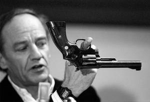 """Hans Holmér vid den välkända presskonferensen. """"Det fanns ingen vilja hos honom att hitta den verklige mördaren"""", säger Kari Poutiainen."""