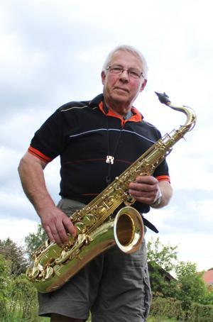Lars Arenskog spelar saxofon i Kölsta River band och sjunger i Köping kyrkas kammarkör.