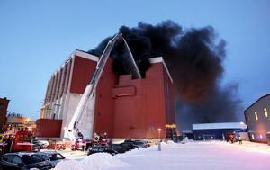 Med stegbilen på plats kunde brandmännen börja bekämpa branden ovanifrån.