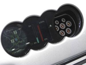 Bakom emblemet på motorhuven döljer Audi E-tron ladduttag och digitala mätare som talar om hur långt du kommer på strömmen som finns lagrad.