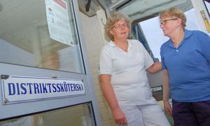 –Den är snygg och själva mottagningen har varit bra för invånarna, konstaterar distriktssköterskorna Birgitta Sonesson och Ingrid Sammils –i samspråk om den skylt som nu ska plockas ned.