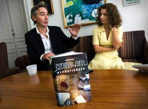 """Alexander och Alexandra Ahndoril hade hoppats kunna hålla sig dolda bakom pseudonymen Lars Kepler lite längre. I höst ger de nämligen ut två böcker under sina egna namn. """"Det var precis det här scenariot vi ville undvika"""", säger de.  Foto: Claudio Bresciani / SCANPIX"""