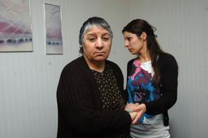 BLIND. Ida Moussa, 65 år, är fortfarande blind på ena ögat som en svit av hjärntumören. Däremot är hon lite stadigare på benen. Här får hon hjälp av dottern Manal.