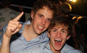 Hade du lika roligt som Henry och Mark, här på Blue Moon Bar?