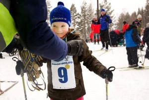 Så här glad blev Maja Aronsson, 5 år, när hon kom i mål efter att ha åkt Lilla Vasaloppet och får ta emot medaljen som ett bevis.Foto: Håkan Luthman