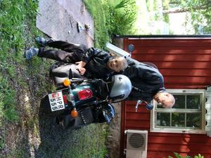 Farfar Mikael Fallgren och sonsonen Philip 4,5 år ska åka på MC-tur till Ängsö, en vacker dag i augusti.
