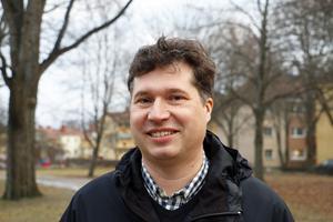 Tord Fredriksen (V), gruppledare för de röd-gröna partierna i nämnden, vill att kommunen satsar ytterligare 77 miljoner per år till ändamålet. Pengarna ska komma från regeringens välfärdssatsning