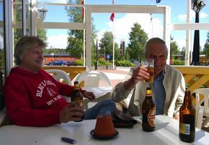 Premiärbesökare. Kent Lagerroos och Holger Fors, drack öl på Frelins uteservering, när den öppnade i måndags.